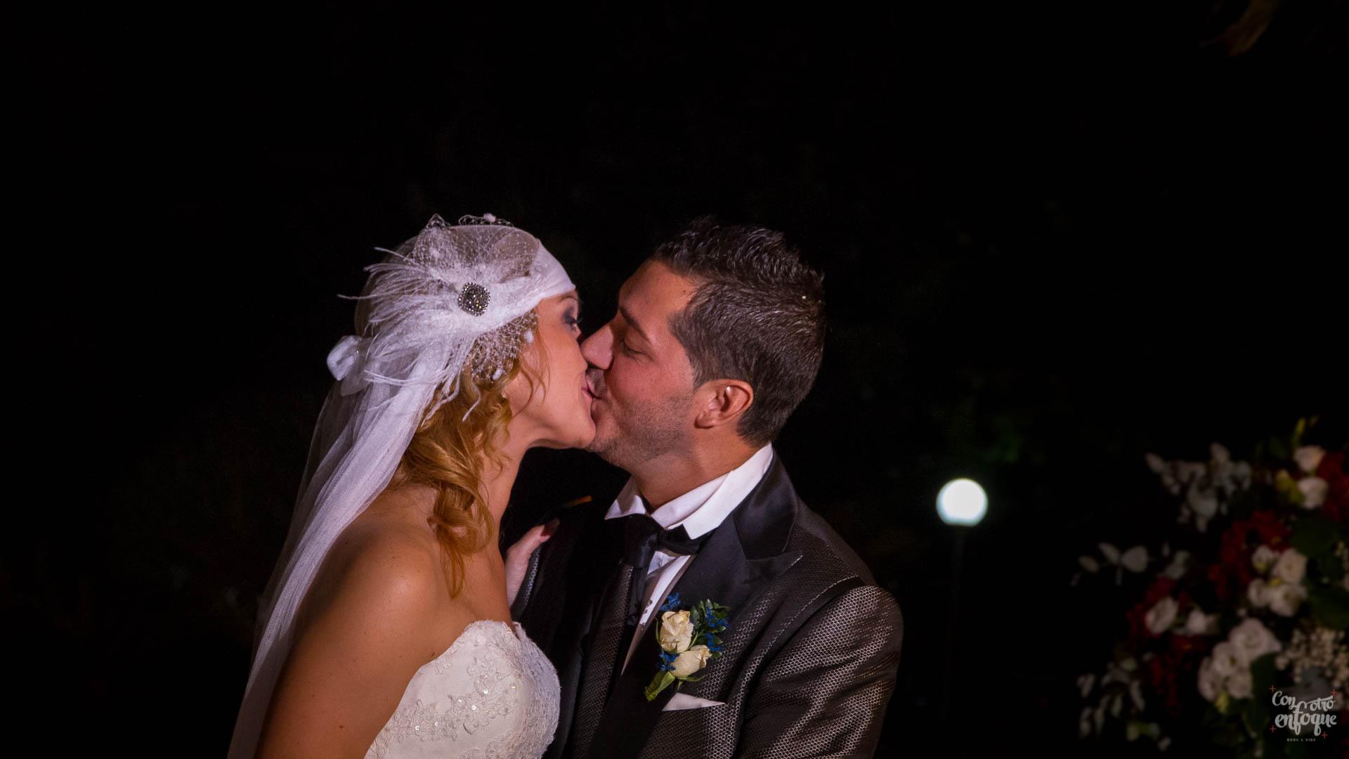 dudas sobre fotógrafos de boda en Valencia. Beso con Luna