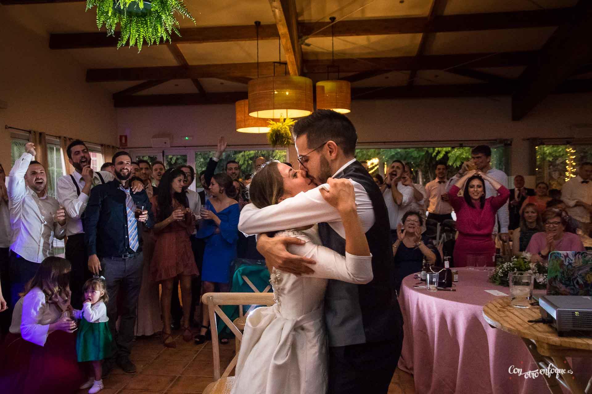 beso pareja celebra boda