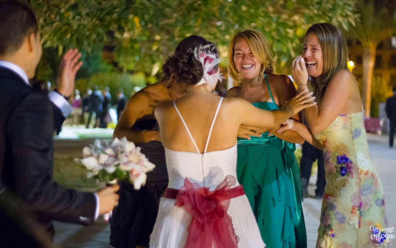la emoción de las amigas de la novia. Boda en salones Roquenublo. Fotógrafo de boda en Valencia
