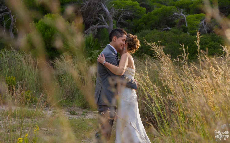 novio y novia antes de casarse en la playa de El Saler. Fotógrafos de Boda en Valencia