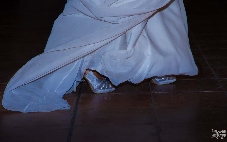 los zapatos de la novia en la boda civil en la Alquería del Pi. Valencia. Fotógrafos de boda en Valencia