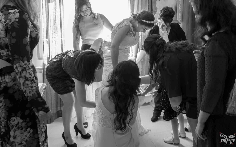 las amigas de la novia. vestido de novia. vestir a la novia. Fotógrafo de boda en Ciudad Real