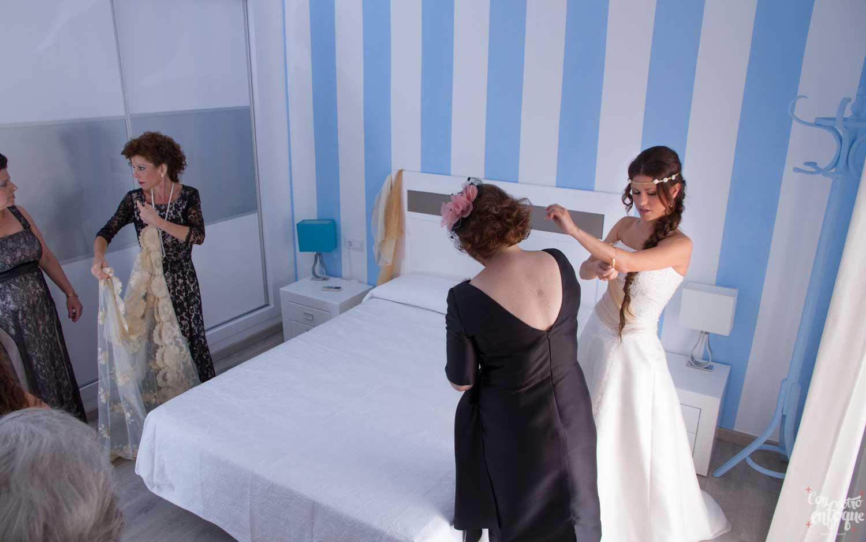 la novia en su habitación. Boda en Las Arenas. Hotel en Valencia. Fotógrafos de Boda en Valencia