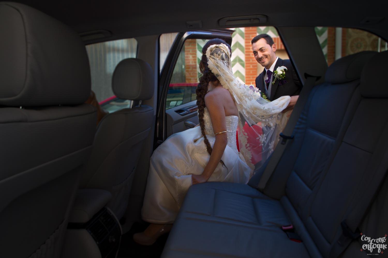 en el coche nupcial para la boda en las arenas. Fotógrafos de boda en Valencia