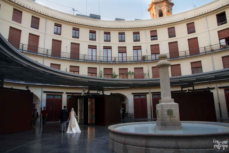 novios por la plaza redonda de Valencia. Boda en ciudad histórica. Fotógrafos de boda