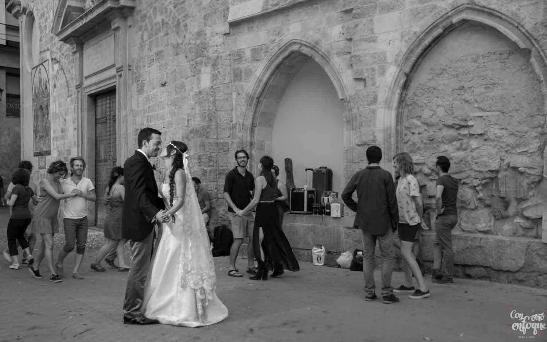 novios recién casados por el centro histórico de Valencia