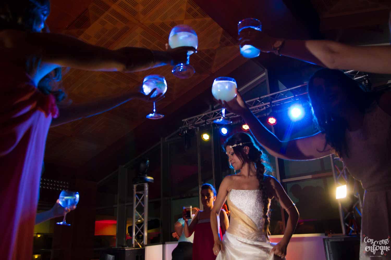 Fotógrafos de boda en Valencia. Brindando por la novia en hotel balneario Las Arenas. Valencia
