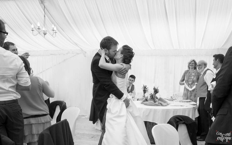 pareja se besa en boda campestre en Teruel