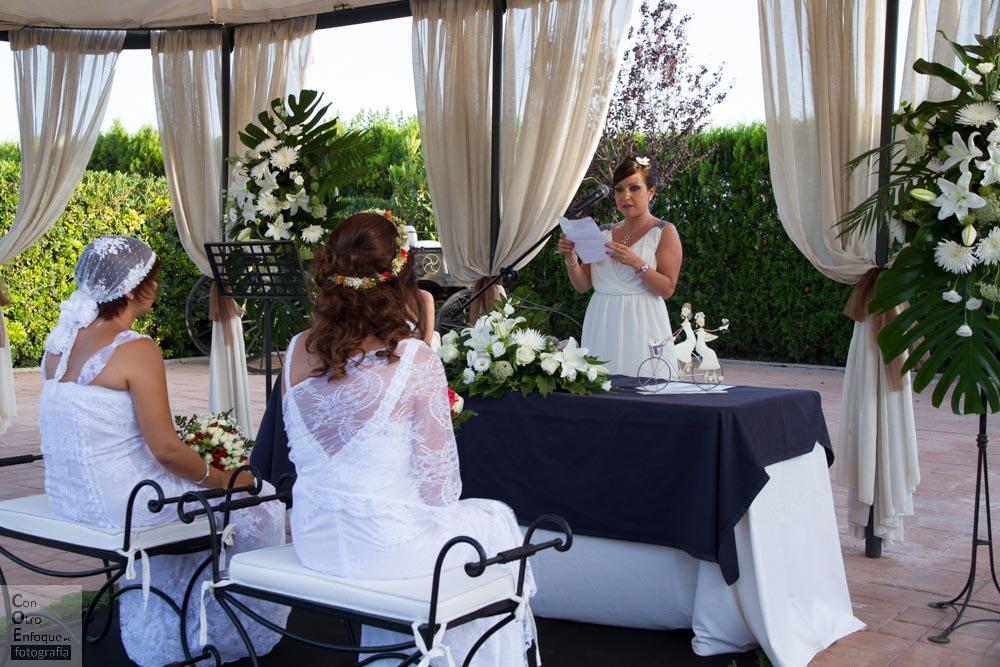 estilo ibicenco-aire libre-naturalidad-boda lesbiana-mujeres-blanco-vestido ibicenco-alqueria-love-lesbian-wedding-Spain