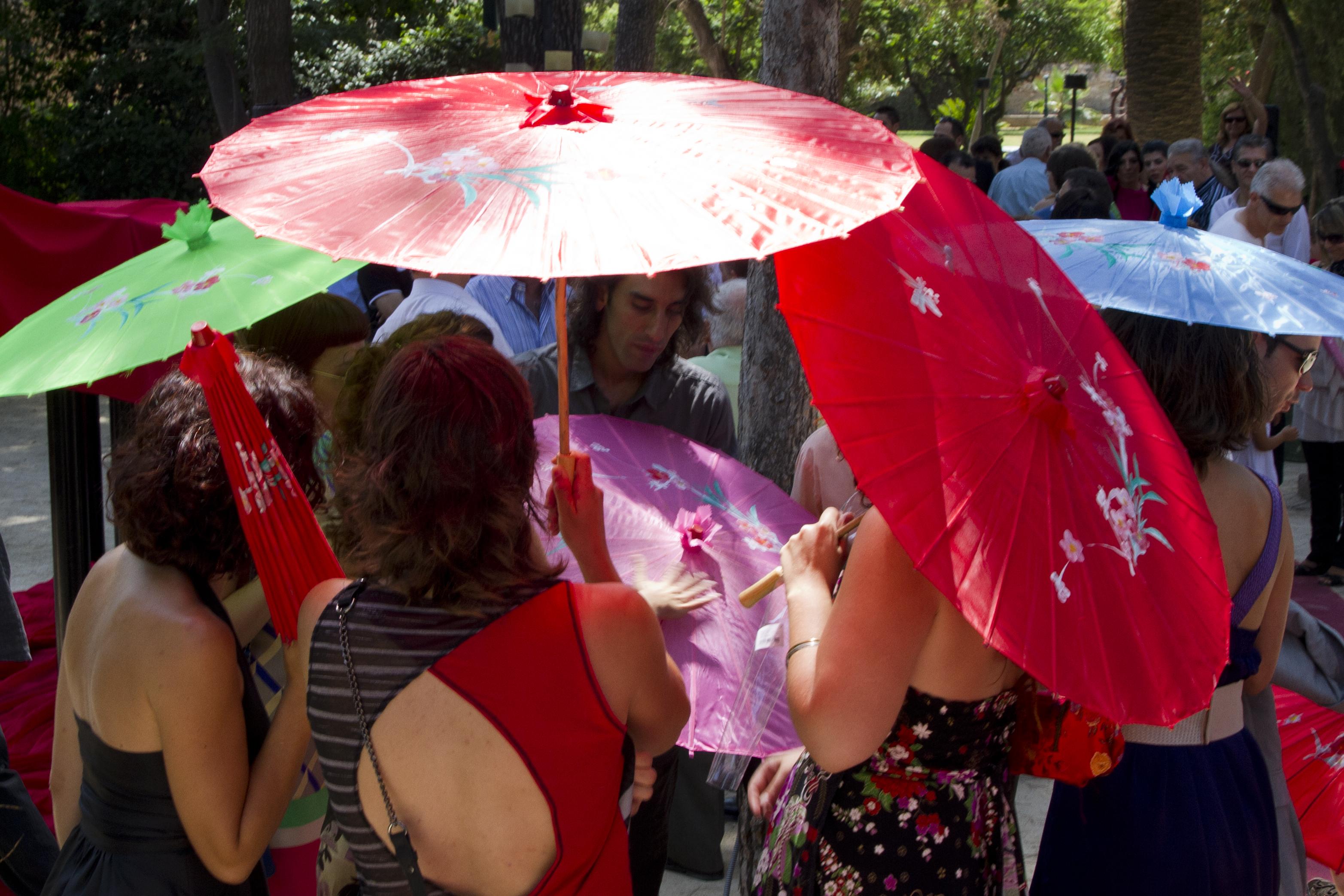 sombrillas para tu boda en jardines de Alquería del Pi