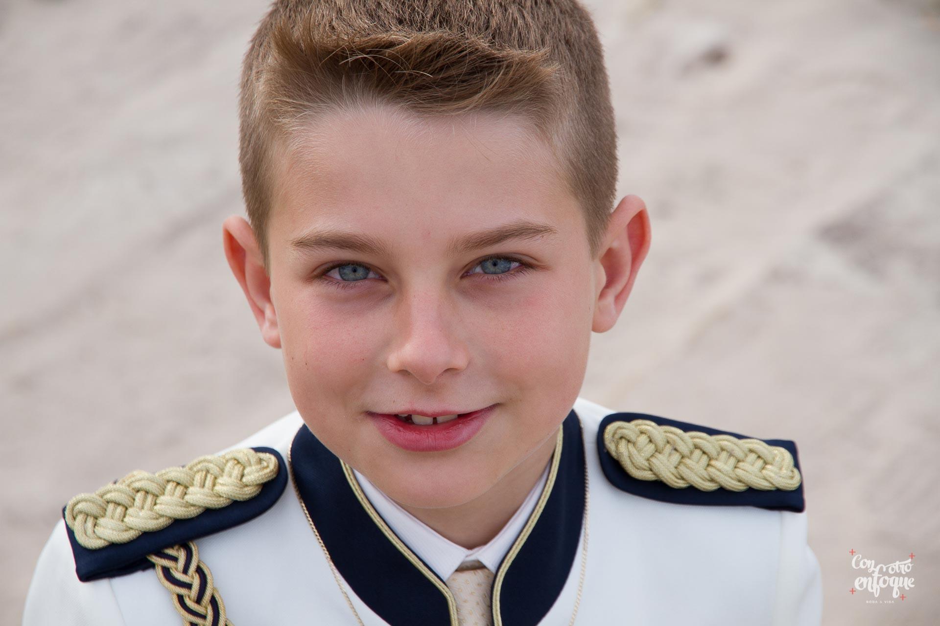 niño con traje de Comunión en la playa de Valencia