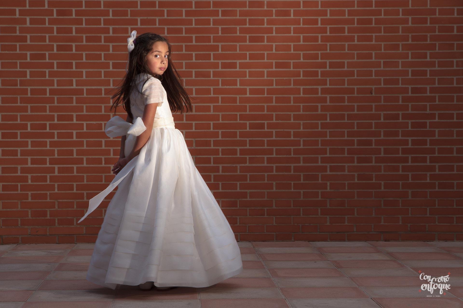 niña de Comunión con vestido clásico. Valencia