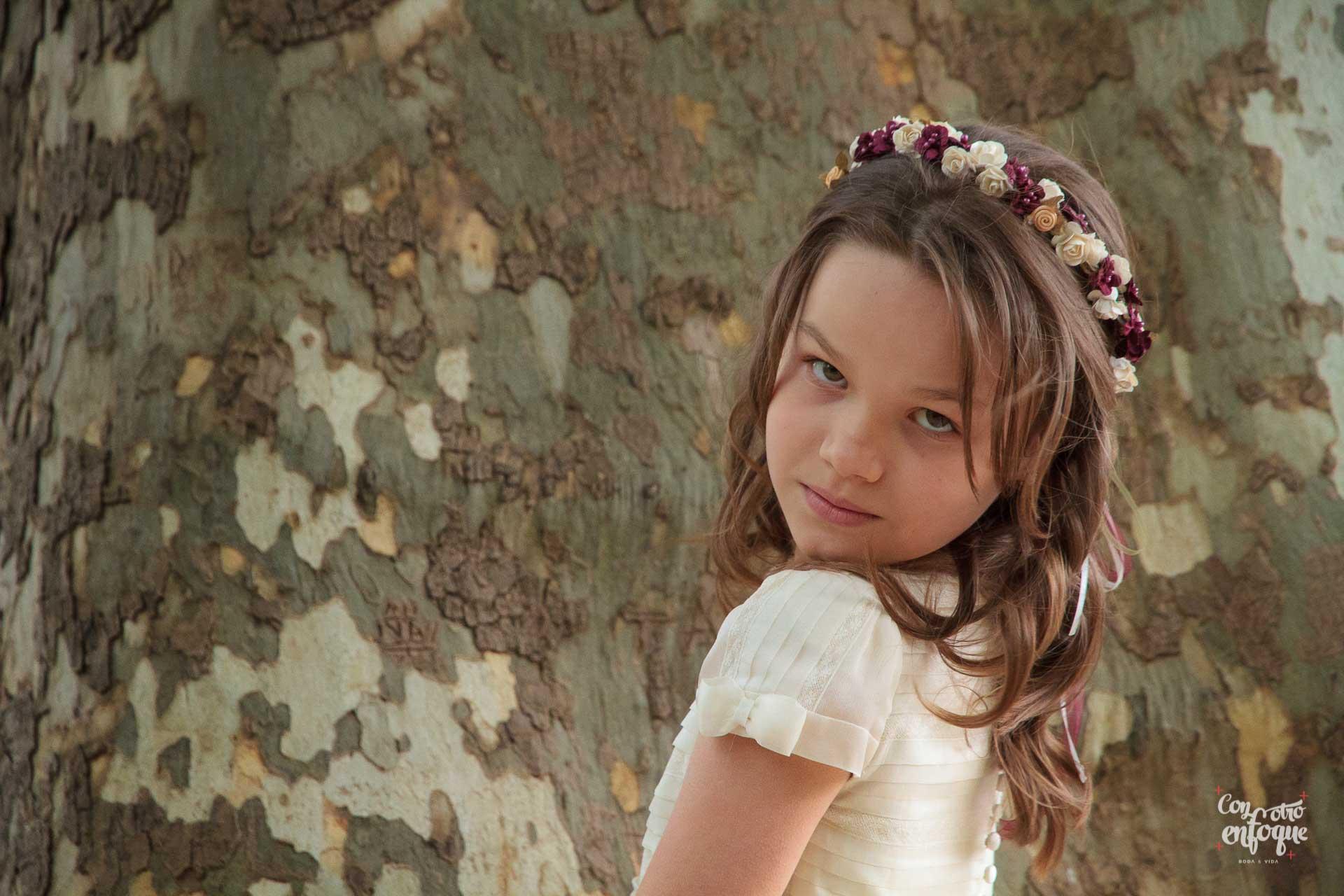 niña de comunión en jardines de Aranjuez