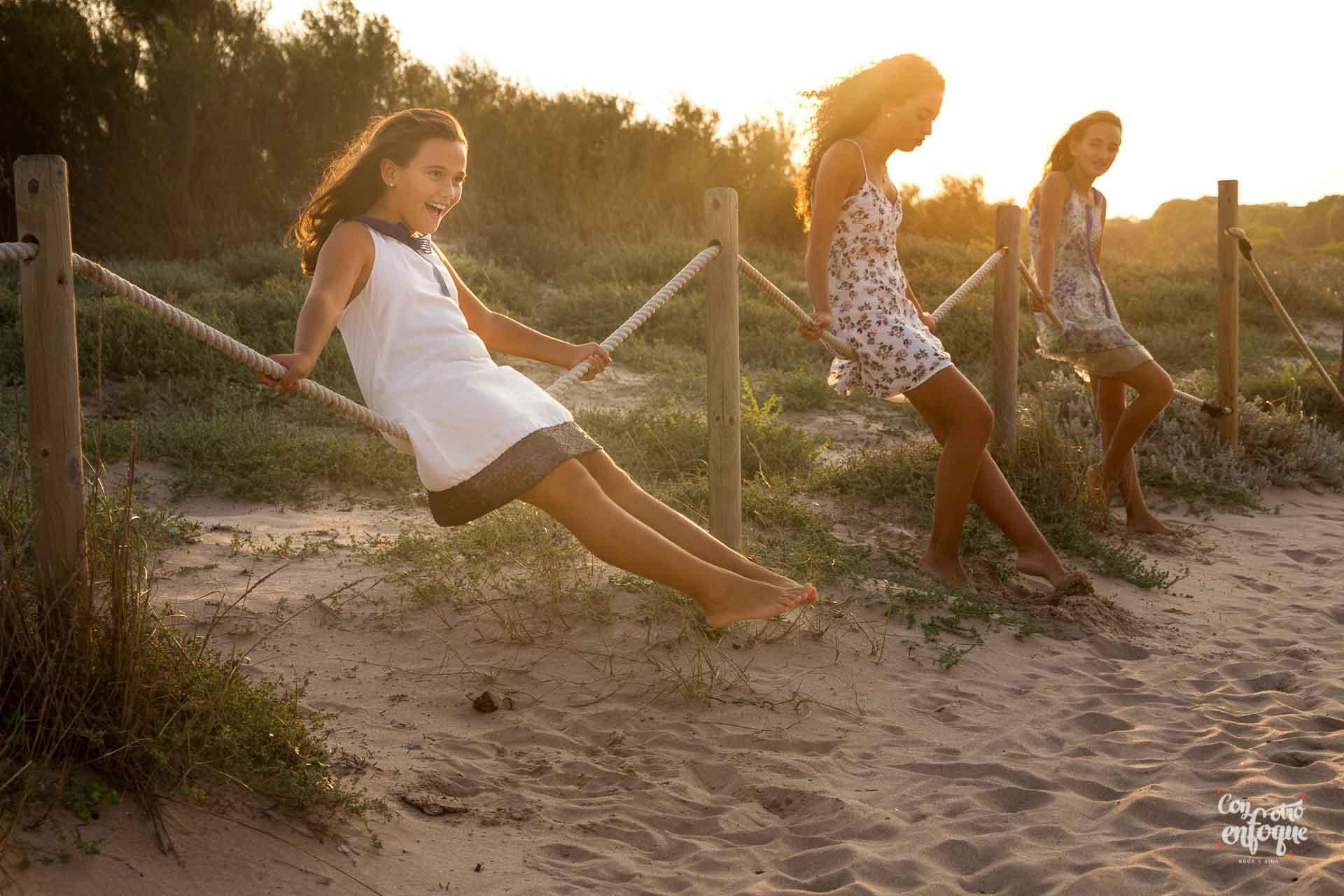 niña de Comunión con familia en la playa de Valencia