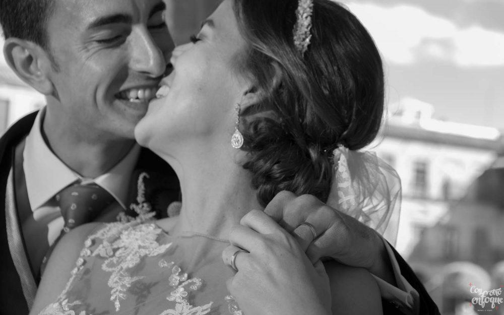 beso en plaza de Villanueva de los Infantes. Boda Civil en la provincia de Ciudad Real
