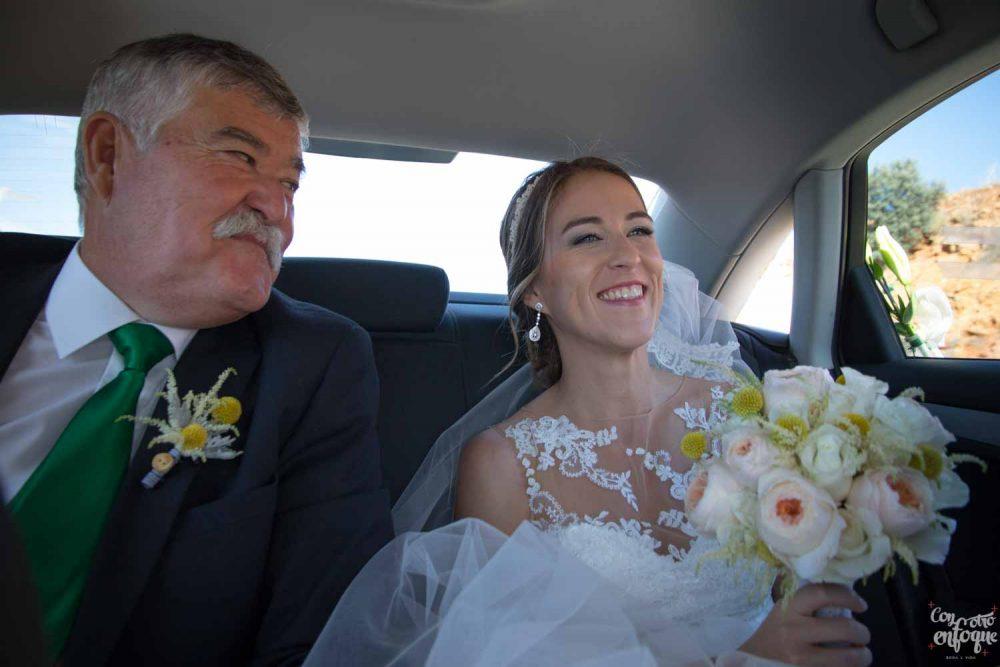novia y padrino en el coche nupcial. Fotógrafo recomendado