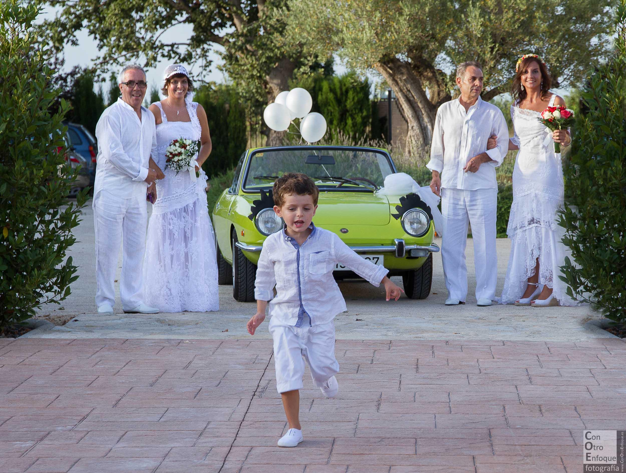 enamoradas. boda ibicenca-estilo-blanco-novias-coche clásico-coche antiguo-dos padrinos-wedding-gay-lesbian-boda lesbiana