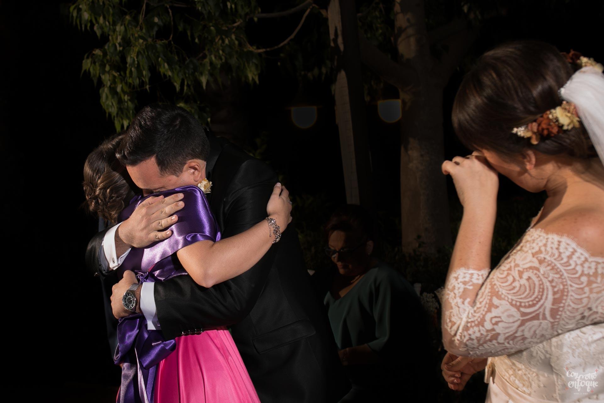 abrazos emotivos en la boda en hotel adhoc bétera