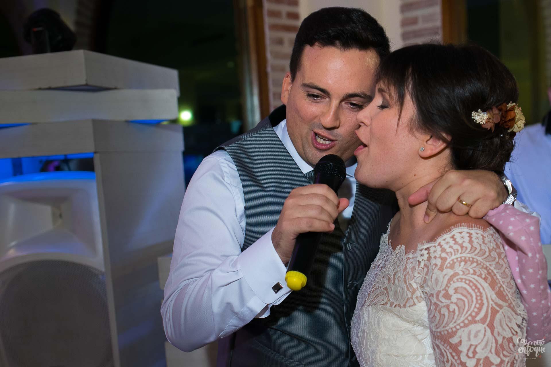 novios cantando. felices. boda en hotel adhoc bétera