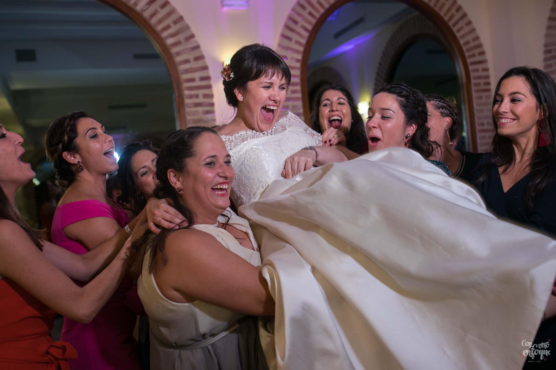 manteo a la novia. boda en hotel adhoc bétera