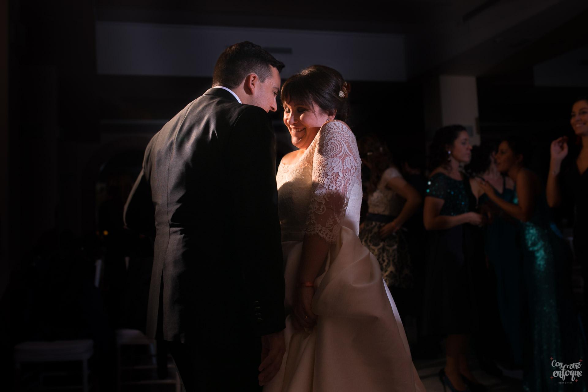 novia y novio bailando. boda en hotel adhoc bétera