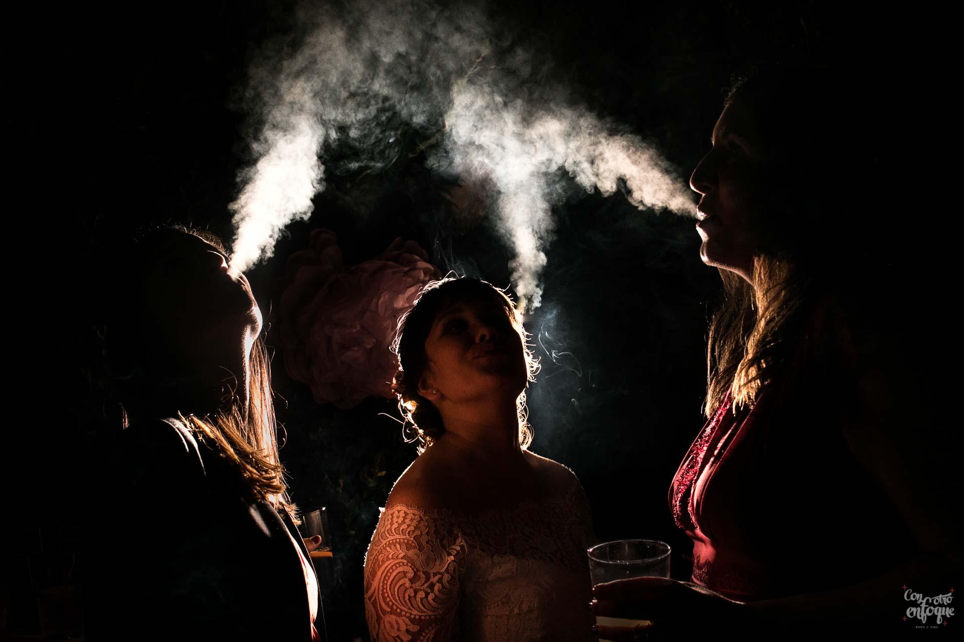 novia fumando. amigas de Rubielos. boda en hotel adhoc bétera