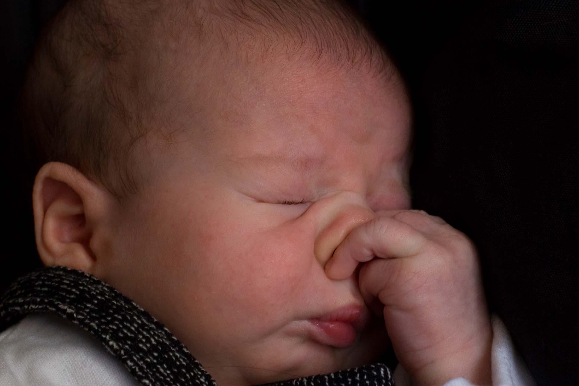un bebé se rasca la nariz