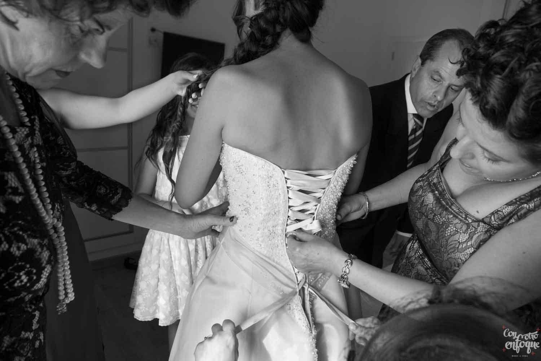 vistiendo a la novia. Padrino de la boda
