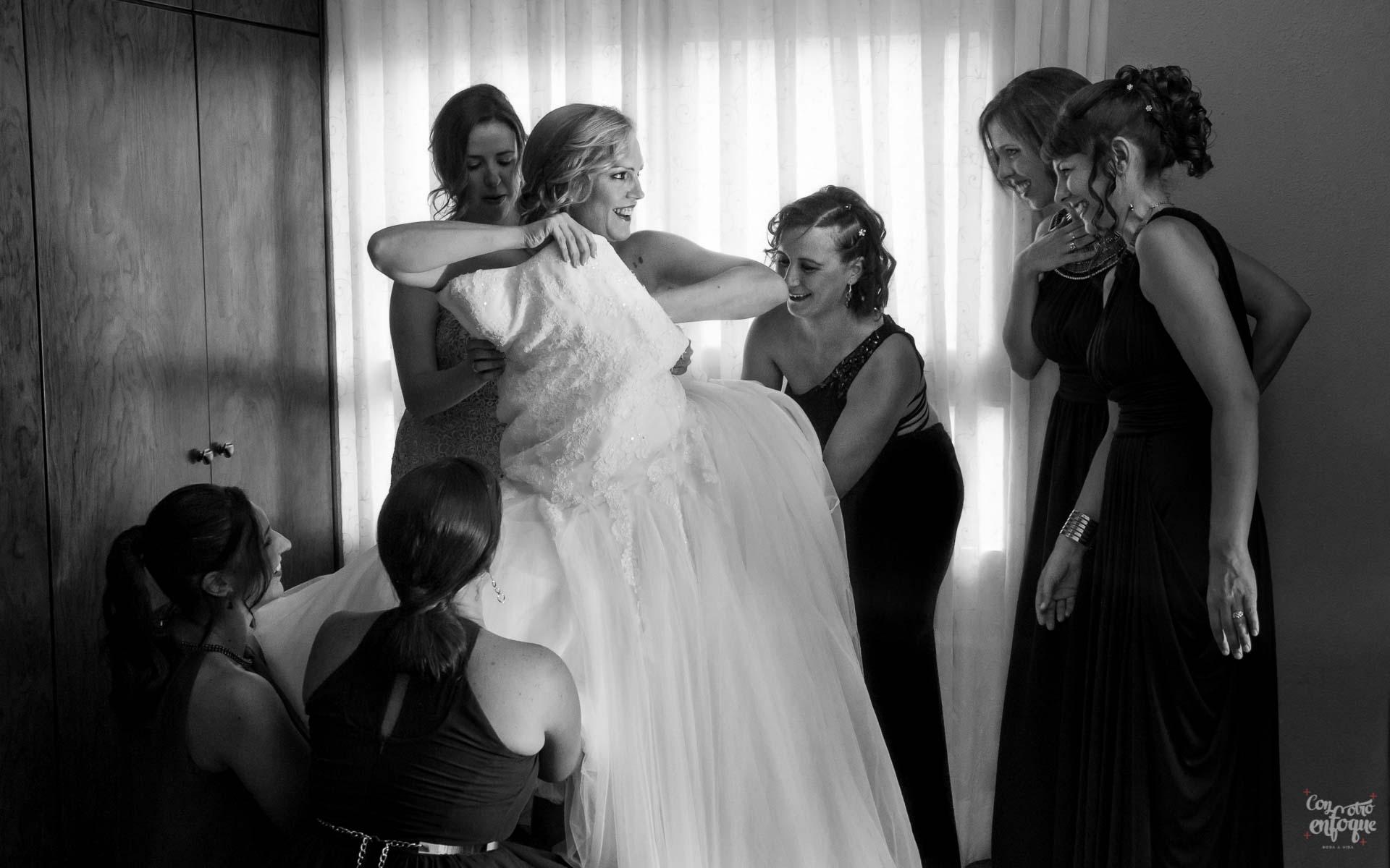 las amigas de la novia. vestido de novia. vestir a la novia. Fotógrafo de boda en Valencia