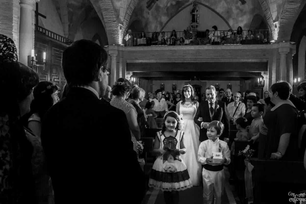 Entra la novia en la iglesia. Fotógrafos de Boda en Valencia ConOtroEnfoque