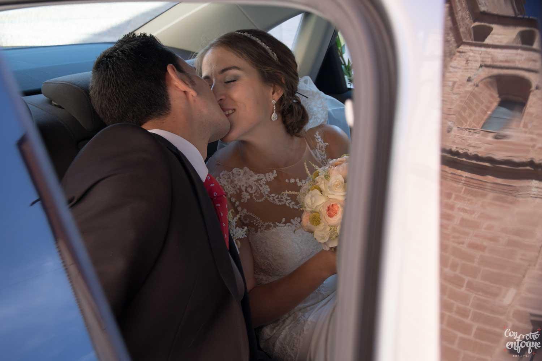 pareja se besa en boda civil Valencia