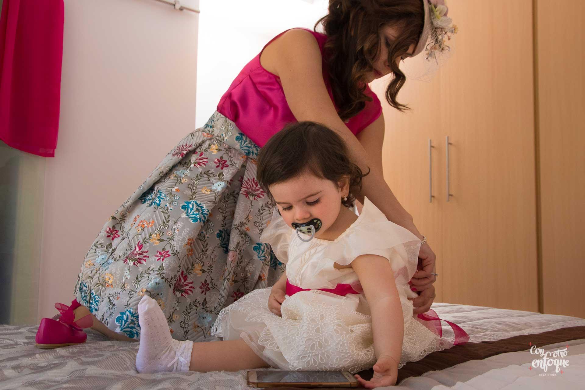novia vistiendo a su hija para la Boda civil en Valencia