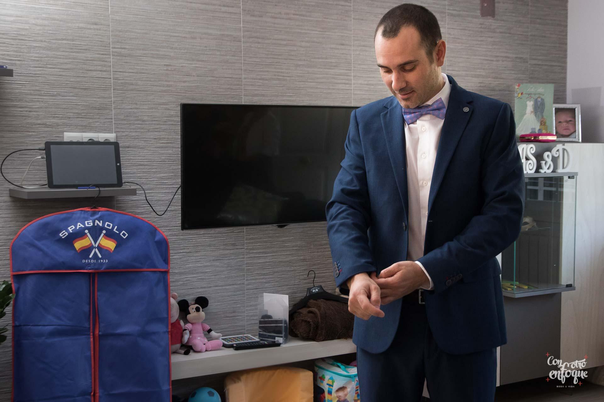 novio con traje azul y pajarita para su boda civil en Valencia