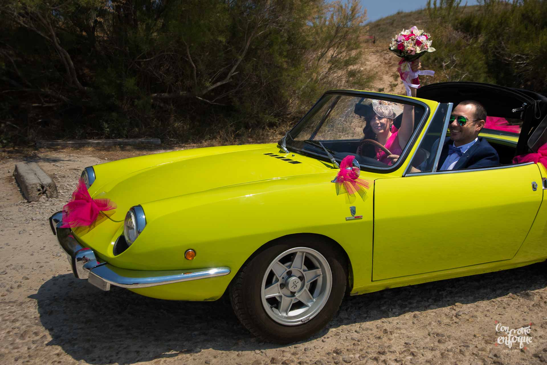 Boda civil en Valencia con coche antiguo descapotable