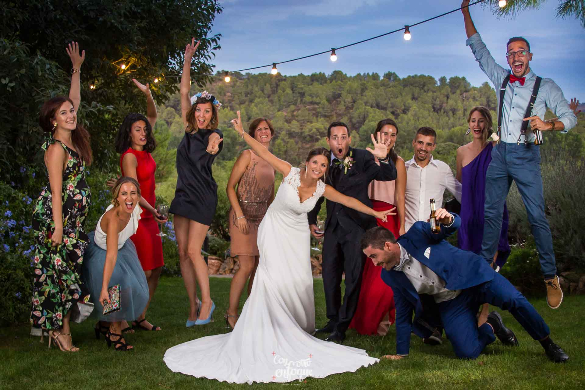 invitada perfecta en la boda con su grupo de amigos