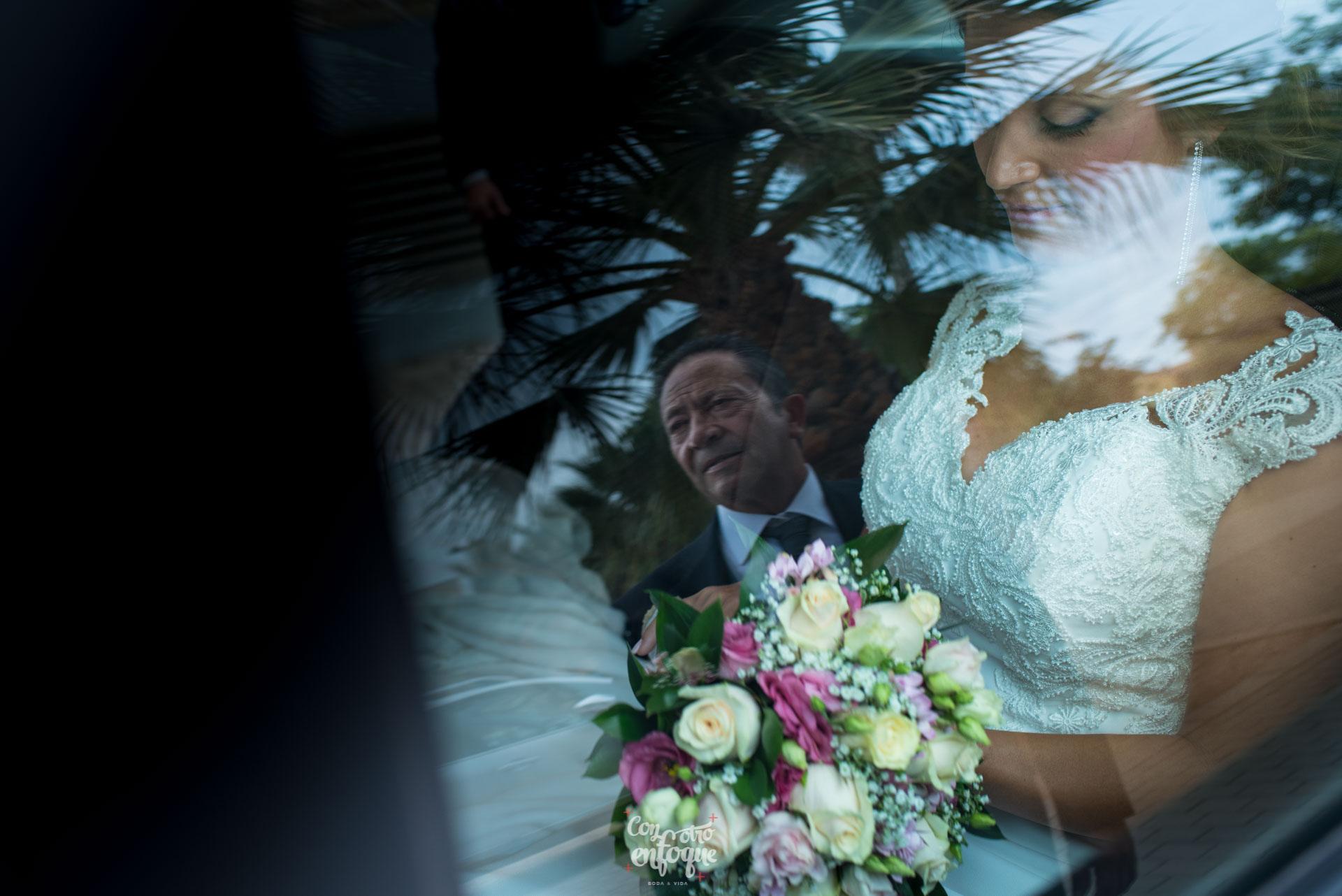 boda en Masía Durbá Fotógrafos de boda. Padrino y novia de camino a la boda