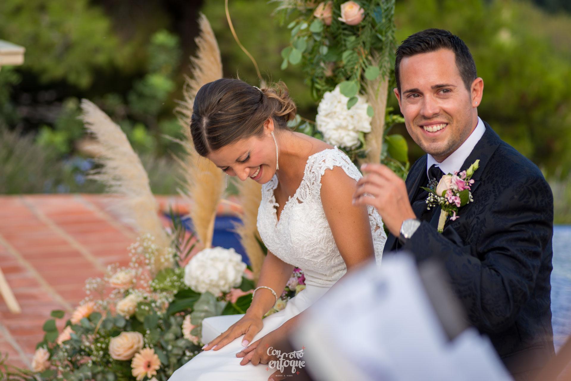 boda en Masía Durbá Fotógrafos de boda Novia feliz