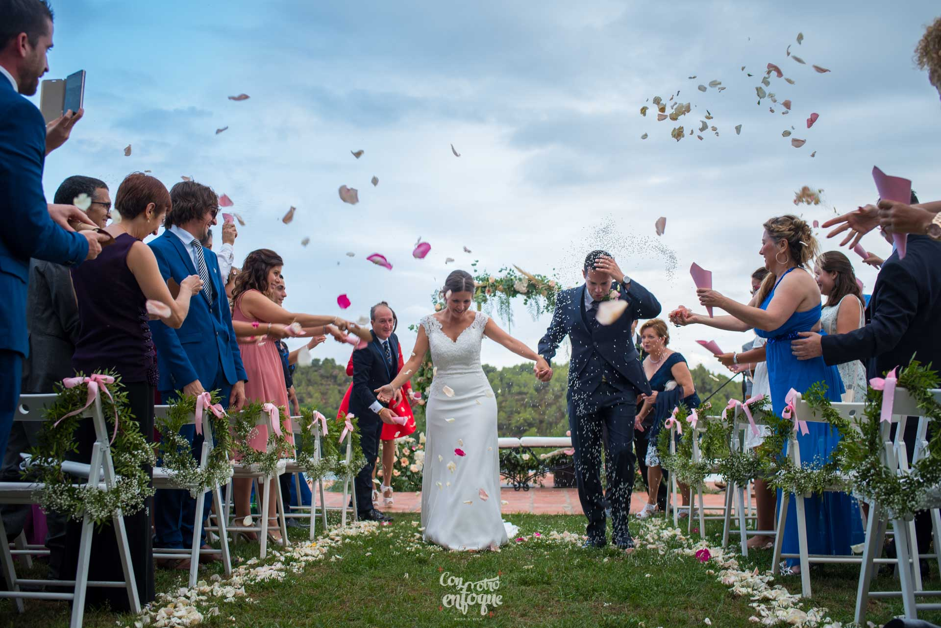 boda en Masía Durbá Fotógrafos de boda. Pétalos y arroz para la boda