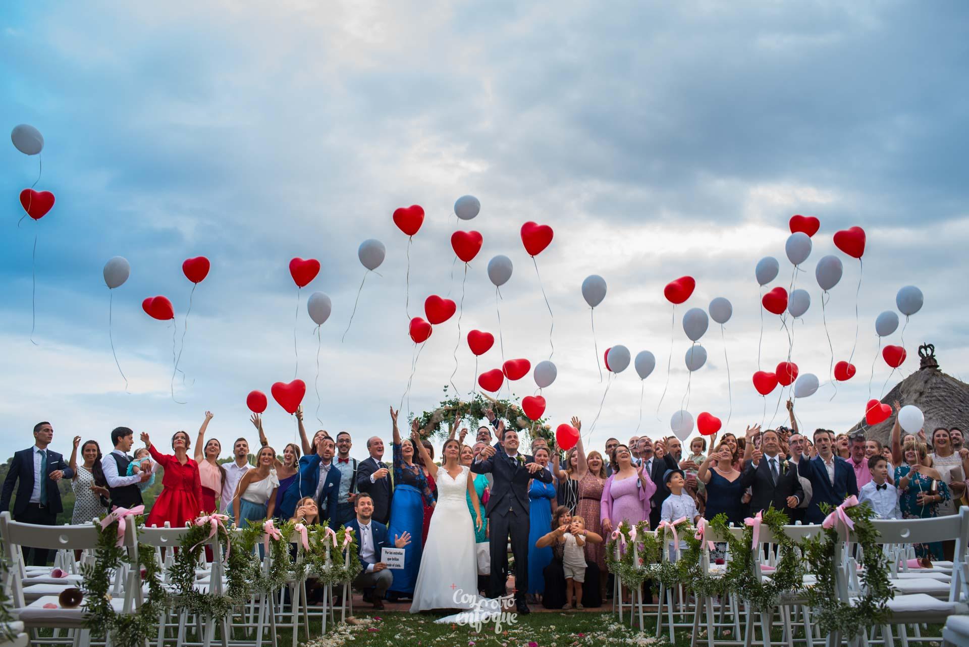 globos en la boda en Masía Durbá Fotógrafos de boda