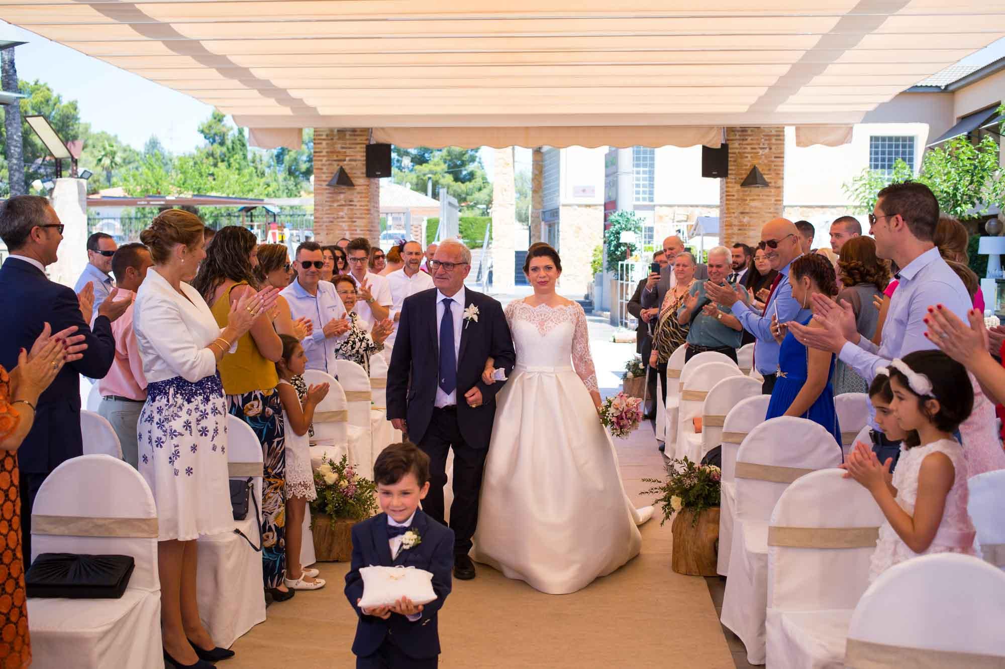 entrada de la novia con el padrino en la Boda en San Patricio