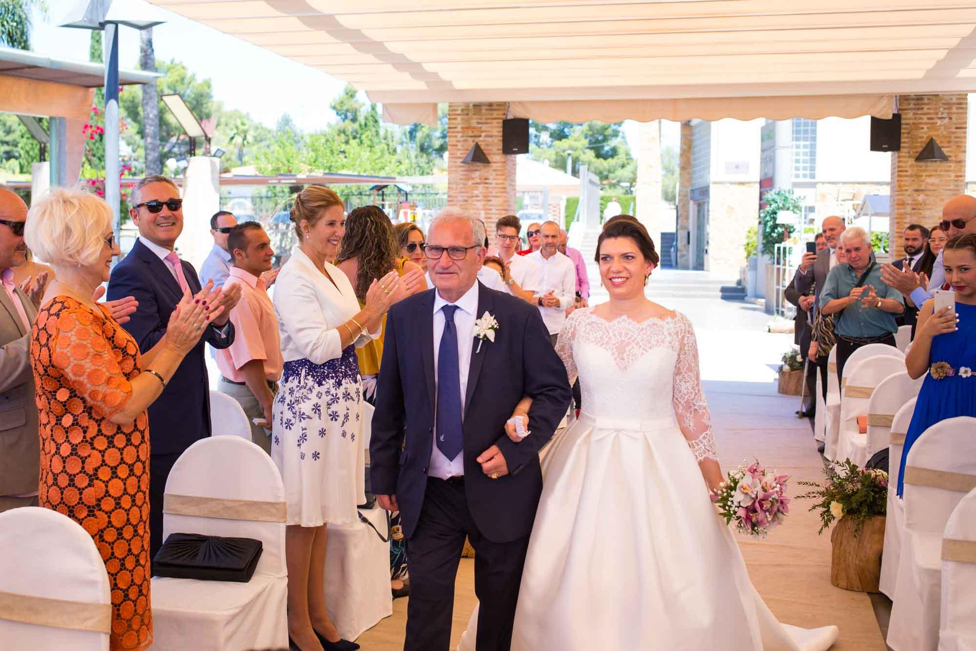 la novia por el pasillo con su gente querida en su Boda en San Patricio