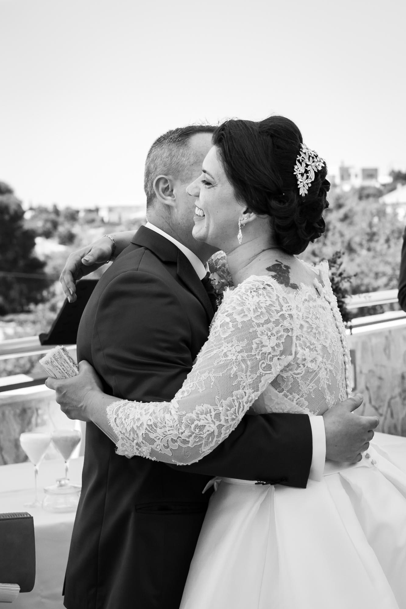 primer abrazo de la pareja al verse en su Boda en San Patricio