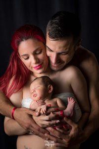 recién nacido con papás, poses naturales y emotivas