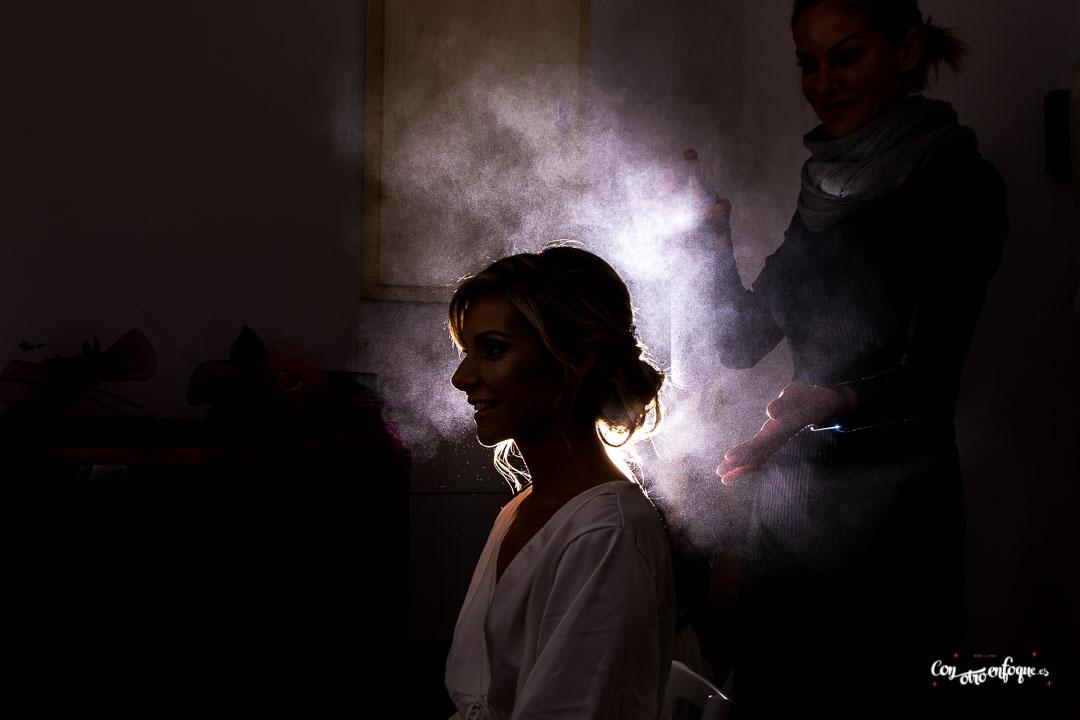 la novia con su bata en los preparativos de su boda en Valencia