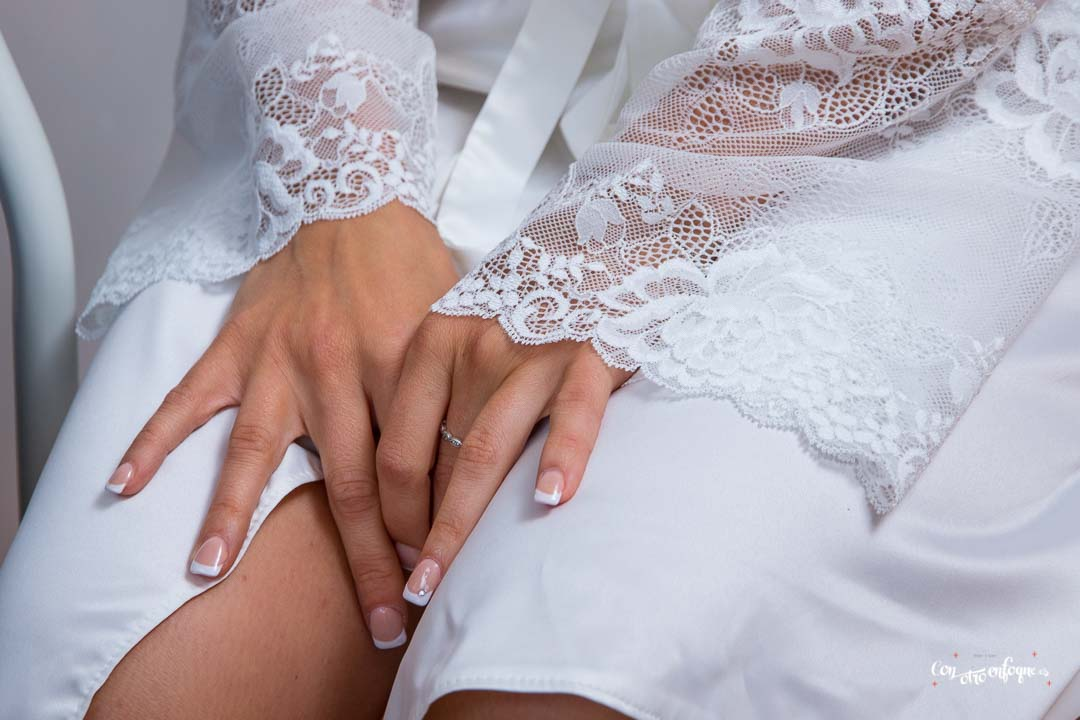uñas de novia con su bata con puntilla y bordada