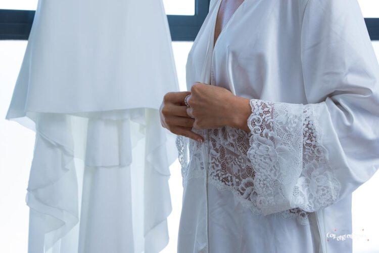 bata para novia con puntilla y bordada. Muy elegante
