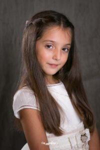 niña con vestido de comunión en estudio fotográfico en Valencia
