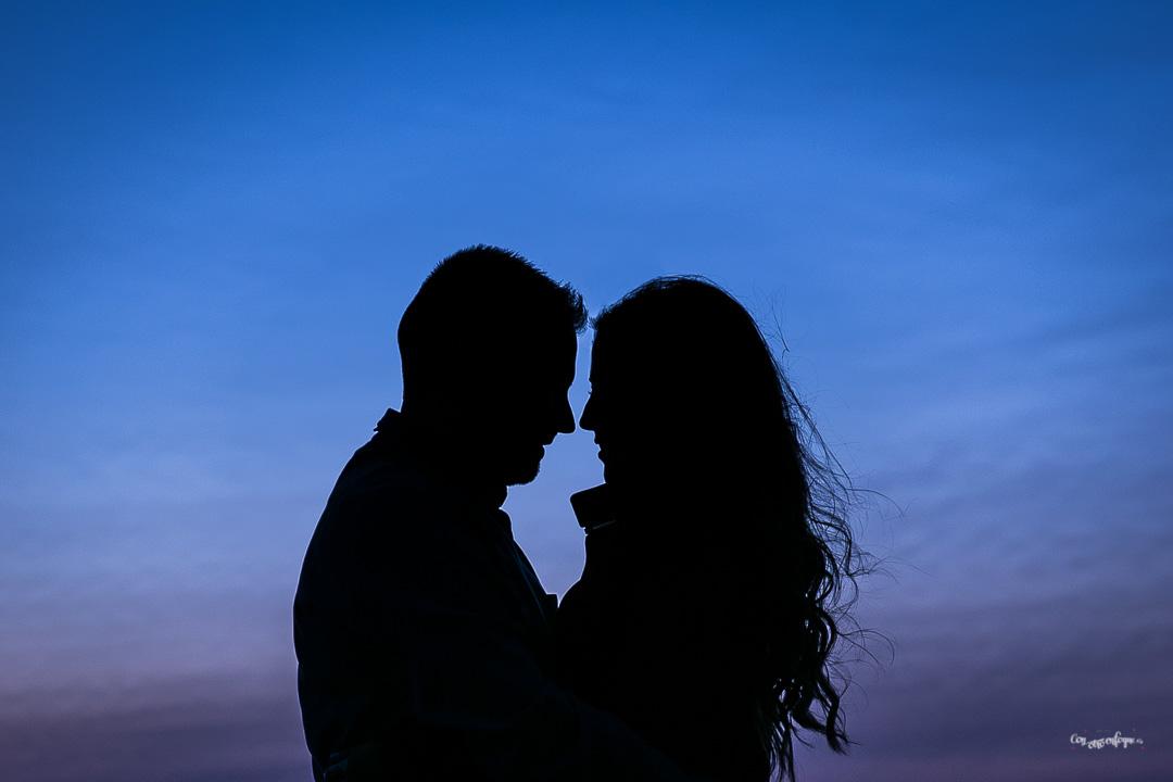 pareja enamorada con cielo azul