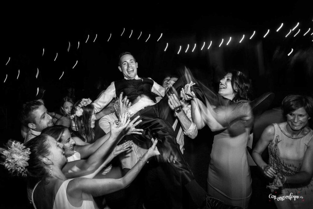 fotógrafa de boda en Valencia. Novio por el aire